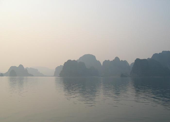 出航から2時間20分ほどで、奇岩群が姿をあらわす