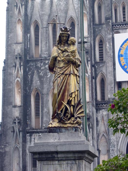 正面のマリア像