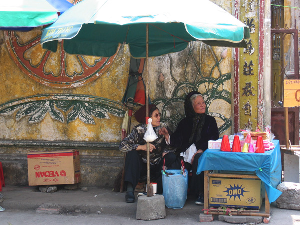 お寺の前で、ろうそくを売るおばあちゃんズ